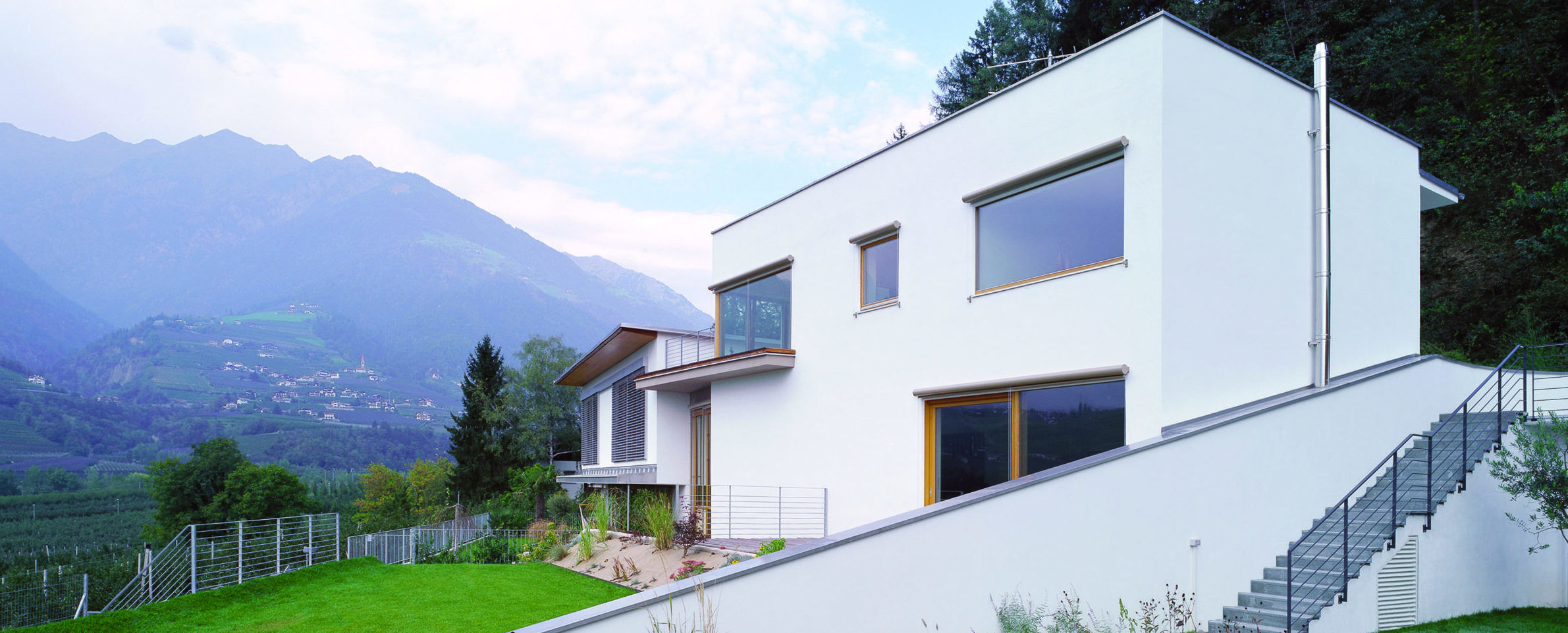 Cubushaus weiß Berge Holzfenster